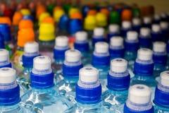 Πλαστικά μπουκάλια με το μεταλλικό νερό Στοκ Φωτογραφία