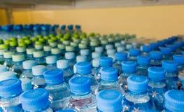 Πλαστικά μπουκάλια με το μεταλλικό νερό Στοκ Φωτογραφίες