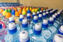 Πλαστικά μπουκάλια με το μεταλλικό νερό Στοκ Εικόνες
