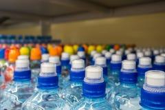 Πλαστικά μπουκάλια με το μεταλλικό νερό Στοκ φωτογραφίες με δικαίωμα ελεύθερης χρήσης