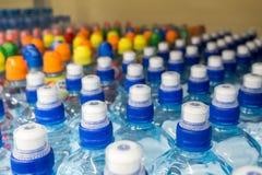 Πλαστικά μπουκάλια με το μεταλλικό νερό Στοκ εικόνες με δικαίωμα ελεύθερης χρήσης