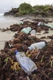 Πλαστικά μπουκάλια στην παραλία Στοκ Φωτογραφίες