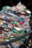 Πλαστικά μπουκάλια στο σωρό, έτοιμο να πάρει ανακυκλωμένος Ανακύκλωση των παλαιών πλαστικών μπουκαλιών Σωρός συσκευασμένος και αν στοκ φωτογραφίες