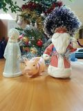 Πλαστικά παιχνίδια Santa, κορίτσι χιονιού και ένας λαστιχένιος χοίρος στοκ εικόνες