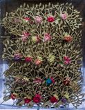 Πλαστικά πλαστά ζωηρόχρωμα λουλούδια λουλουδιών Στοκ φωτογραφία με δικαίωμα ελεύθερης χρήσης