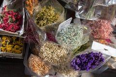 Πλαστικά πλαστά ζωηρόχρωμα λουλούδια λουλουδιών Στοκ εικόνες με δικαίωμα ελεύθερης χρήσης