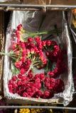 Πλαστικά πλαστά ζωηρόχρωμα λουλούδια λουλουδιών Στοκ εικόνα με δικαίωμα ελεύθερης χρήσης