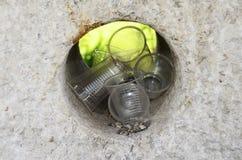 Πλαστικά φλυτζάνια στην τρύπα ενός βράχου Στοκ Εικόνα