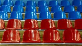 Πλαστικές καρέκλες στο στάδιο στοκ εικόνες