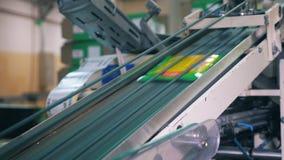Πλαστική κίνηση συσκευασίας επάνω στον αυτοματοποιημένο μεταφορέα σε ένα εργοστάσιο φιλμ μικρού μήκους