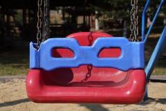 Πλαστική ταλάντευση όπως μια χελώνα που φορά τα γυαλιά σε μια παιδική χαρά Στοκ εικόνα με δικαίωμα ελεύθερης χρήσης