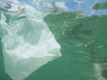 Πλαστική τσάντα που επιπλέει στη θάλασσα Μολυσμένος περιβαλλοντικός Recycl στοκ φωτογραφίες