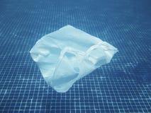 Πλαστική τσάντα που επιπλέει στο νερό Μολυσμένος περιβαλλοντικός REC στοκ φωτογραφία με δικαίωμα ελεύθερης χρήσης