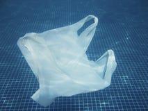 Πλαστική τσάντα που επιπλέει στο νερό Μολυσμένος περιβαλλοντικός recy στοκ φωτογραφία