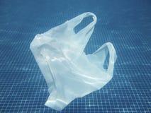 Πλαστική τσάντα που επιπλέει στο νερό Μολυσμένος περιβαλλοντικός recy στοκ εικόνα με δικαίωμα ελεύθερης χρήσης