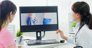 Πλαστικοί γιατρός και ασθενής χειρούργων στοκ εικόνες