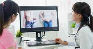 Πλαστικοί γιατρός και ασθενής χειρούργων στοκ εικόνα με δικαίωμα ελεύθερης χρήσης