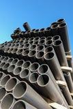 Πλαστικοί σωλήνες στην κατάταξη τελειωμένος - προϊόντα που συσκευάζονται στις συσκευασίες ενάντια σε έναν μπλε ουρανό στοκ εικόνα