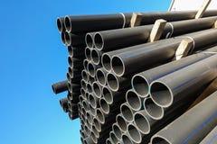 Πλαστικοί σωλήνες στην κατάταξη τελειωμένος - προϊόντα που συσκευάζονται στις συσκευασίες ενάντια σε έναν μπλε ουρανό στοκ φωτογραφίες με δικαίωμα ελεύθερης χρήσης