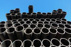 Πλαστικοί σωλήνες στην κατάταξη τελειωμένος - προϊόντα που συσκευάζονται στις συσκευασίες ενάντια σε έναν μπλε ουρανό στοκ εικόνες με δικαίωμα ελεύθερης χρήσης