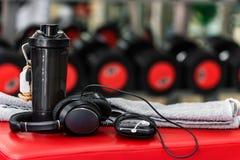 Πλαστικός δονητής, πετσέτα και MP3 φορέας στη γυμναστική Στοκ Φωτογραφίες