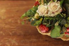 Πλαστικός θάμνος λουλουδιών στο ξύλινο πάτωμα στοκ εικόνα