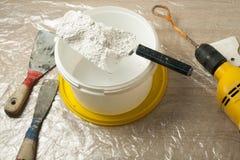 Πλαστικός κάδος με τα εργαλεία κατασκευής Έννοια ανακαίνισης Στοκ Εικόνες