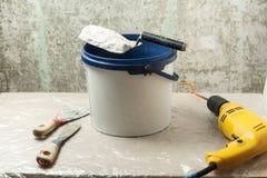 Πλαστικός κάδος με τα εργαλεία κατασκευής Έννοια ανακαίνισης Στοκ Φωτογραφία