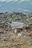 Πλαστικός ποταμός Ο πλανήτης μας φωνάζει στοκ φωτογραφία με δικαίωμα ελεύθερης χρήσης