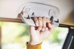 Πλαστικός χειριστής αρπαγών αυτοκινήτων εκμετάλλευσης χεριών για τον επιβάτη σε ένα αυτοκίνητο στοκ φωτογραφία με δικαίωμα ελεύθερης χρήσης