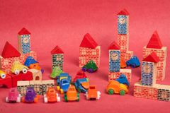 Πλαστικό και ξύλινο παιχνίδι αυτοκινήτων παιχνιδιών Στοκ Φωτογραφία