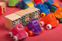 Πλαστικό και ξύλινο παιχνίδι αυτοκινήτων παιχνιδιών Στοκ Εικόνες