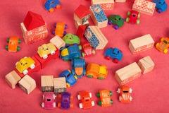 Πλαστικό και ξύλινο παιχνίδι αυτοκινήτων παιχνιδιών Στοκ φωτογραφίες με δικαίωμα ελεύθερης χρήσης