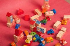 Πλαστικό και ξύλινο παιχνίδι αυτοκινήτων παιχνιδιών Στοκ εικόνα με δικαίωμα ελεύθερης χρήσης