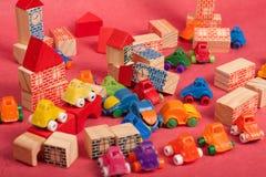 Πλαστικό και ξύλινο παιχνίδι αυτοκινήτων παιχνιδιών Στοκ εικόνες με δικαίωμα ελεύθερης χρήσης