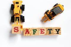 Πλαστικό κεφαλαίο γράμμα s παιχνιδιών λαβής εκσακαφέων παιχνιδιών στην ασφάλεια λέξης στοκ φωτογραφία με δικαίωμα ελεύθερης χρήσης
