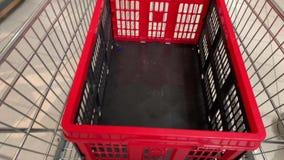 Πλαστικό κιβώτιο στο καροτσάκι αγορών φιλμ μικρού μήκους