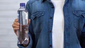 Πλαστικό μπουκάλι εκμετάλλευσης γυναικών και προσωπικό μπουκάλι νερό που γίνονται από το πλαστικό τροφίμων απόθεμα βίντεο