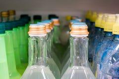 Πλαστικό μπουκάλι νερό καπακιών στην αγορά πολύχρωμα πλαστικά καλύμματα μπουκαλιών στοκ εικόνα