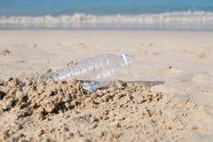 Πλαστικό μπουκάλι στην παραλία άμμου Στοκ Εικόνα