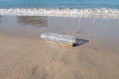 Πλαστικό μπουκάλι στην παραλία άμμου Στοκ εικόνες με δικαίωμα ελεύθερης χρήσης