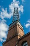 Πλαστοί καπνοδόχος και μπλε ουρανός σχαρών μετάλλων στοκ φωτογραφία με δικαίωμα ελεύθερης χρήσης