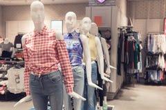 Πλαστός παρουσιάστε ενδύματα μέσα στο ακριβό κατάστημα στοκ εικόνες