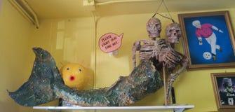 Πλαστός συνδεδεμένος σκελετός γοργόνων με το blowfish και τα έργα ζωγραφικής στοκ εικόνες