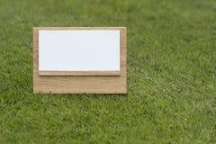 Πλαστό επάνω ξύλινο σημάδι στο πράσινο υπόβαθρο στοκ εικόνες με δικαίωμα ελεύθερης χρήσης