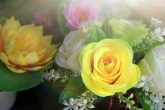 Πλαστό λουλούδι και floral υπόβαθρο στοκ φωτογραφία με δικαίωμα ελεύθερης χρήσης