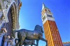 Πλατεία Βενετία Ιταλία βασιλικών Αγίου Mark ` s αλόγων πύργων καμπαναριών Στοκ εικόνα με δικαίωμα ελεύθερης χρήσης