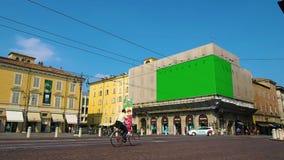 Πλατεία της πόλης με δύο πίνακες διαφημίσεων στην πράσινη διαφήμιση οθόνης φιλμ μικρού μήκους