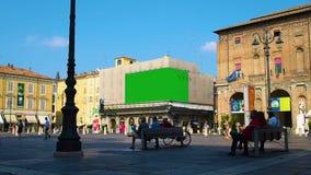 Πλατεία της πόλης με δύο πίνακες διαφημίσεων στην πράσινη διαφήμιση οθόνης απόθεμα βίντεο