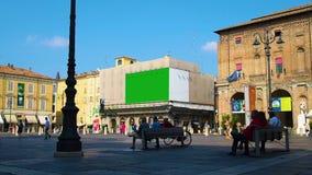 Πλατεία της πόλης με τη διαφήμιση των πινάκων διαφημίσεων, ένας από τους οποίους στην πράσινη οθόνη φιλμ μικρού μήκους